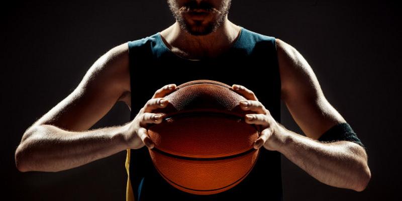Krepšininkas rankose laiko kamuolį - statymų patarimai