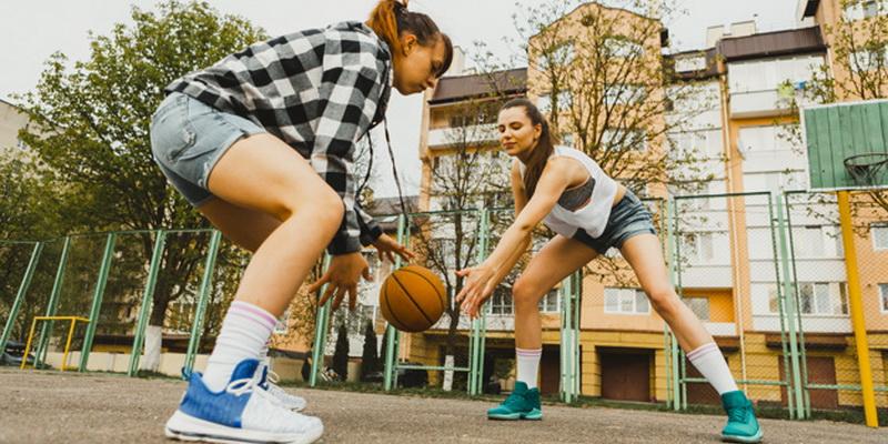 Merginos žaidžia krepšinį