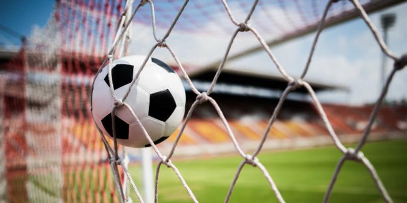 Sporto lažybos internete - futbolo kamuolys vartuose
