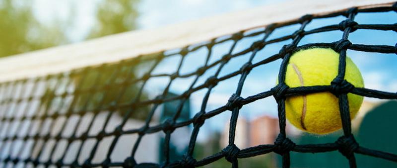Teniso kamuoliukas atsimušė į tinklą
