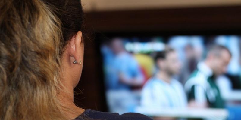 Futbolas tiesiogiai internetu nemokamai - mergina stebi varžybas