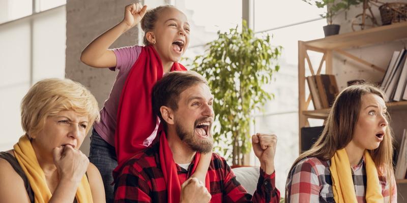Šeimyna džiaugiasi stebėdama futbolas gyvai internetu rungtynes internete