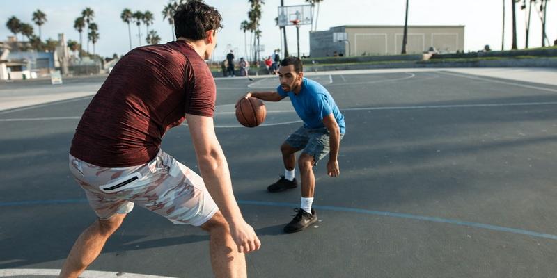 Du žaidėjai kovoja dėl kamuolio