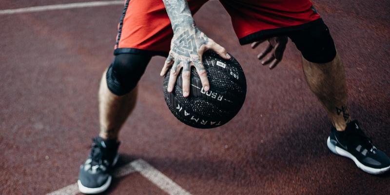 Kamuolys žaidėjo rankoje - krepšinis Eurolygos rungtynės tiesiogiai internetu